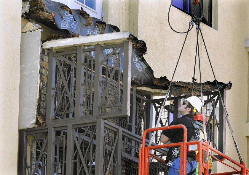 Balcony collapse kills 6