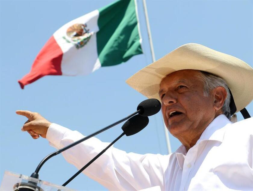 Fotografía cedida por el equipo de campaña del candidato izquierdista a la Presidencia de México, Andrés Manuel López Obrador (c) durante un acto de campaña en la ciudad de Zitácuaro, estado de Michoacán (México). EFE/Prensa Candidato/SOLO USO EDITORIAL