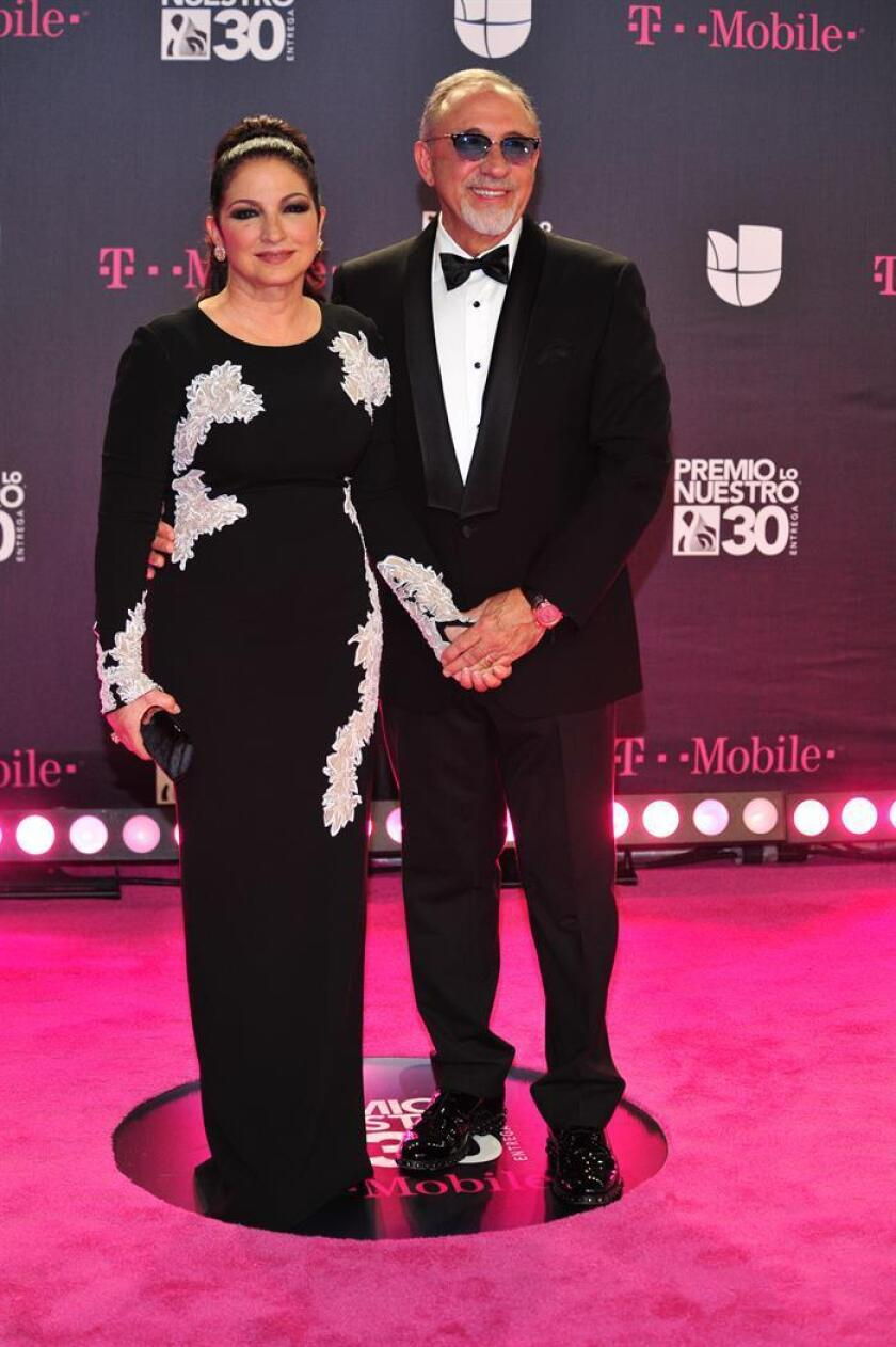 La pareja de artistas cubano americanos, Emilio y Gloria Estefan, posan a su llegada a la alfombra de la trigésima edición del Premio Lo Nuestro a la Música Latina hoy, jueves 22 de febrero de 2018, en el American Airlines Arena, en Miami (EE.UU.). EFE
