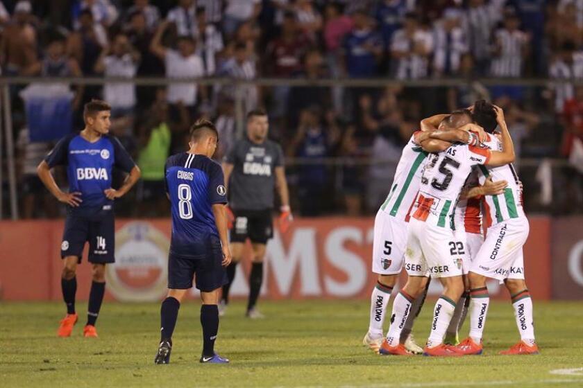 Jugadores de Palestino, festejan su gol ante Talleres este miércoles, durante un partido de la Copa Libertadores entre Palestino y Talleres en el estadio San Carlos de Apoquindo en Santiago de Chile (Chile). EFE