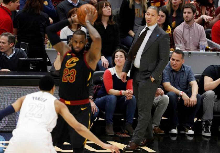 El entrenador de Cleveland Cavaliers, Tyronn Lue (d), observa a LeBron James (c) ante la defensa de Otto Porter Jr. (i) de Washington Wizards durante el partido de NBA de este jueves. EFE