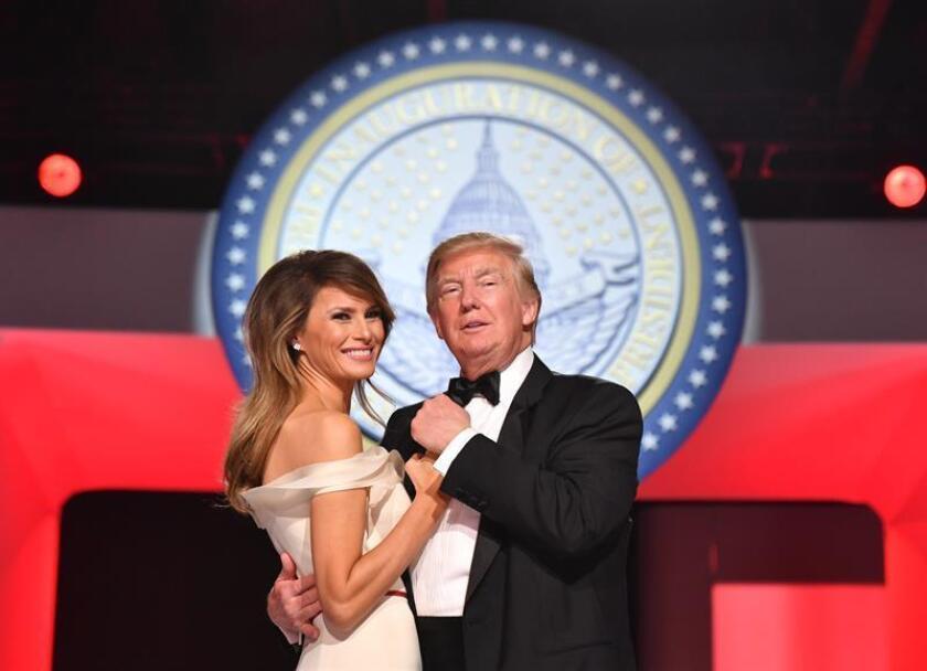 El presidente de EE.UU., Donald Trump, asistió hoy acompañado de la primera dama, Melania, al baile anual de la Cruz Roja estadounidense, que se celebró en su club privado en Palm Beach, en el sur de Florida, mientras cerca de allí unas 3.000 personas se manifestaban en contra de sus políticas. EFE/ARCHIVO/Pool