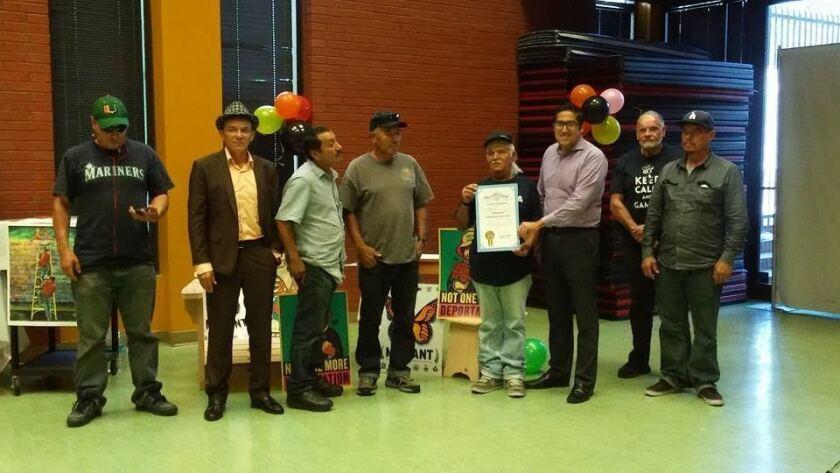 Jornaleros reciben reconocimientos de la oficina del concejal Gil Cedillo, del Distrito 1 de Los Ángeles.