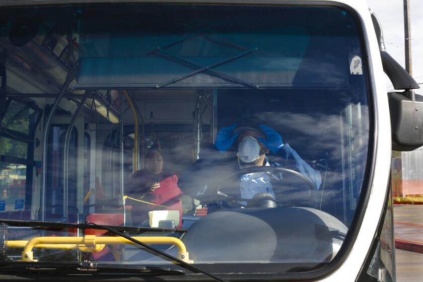 En el Centro de Tránsito de la Ciudad Vieja, el miércoles 8 de abril de 2020, Francisco Cortez un conductor de autobús con MTS habló con un pasajero sobre la transferencia de tránsito.