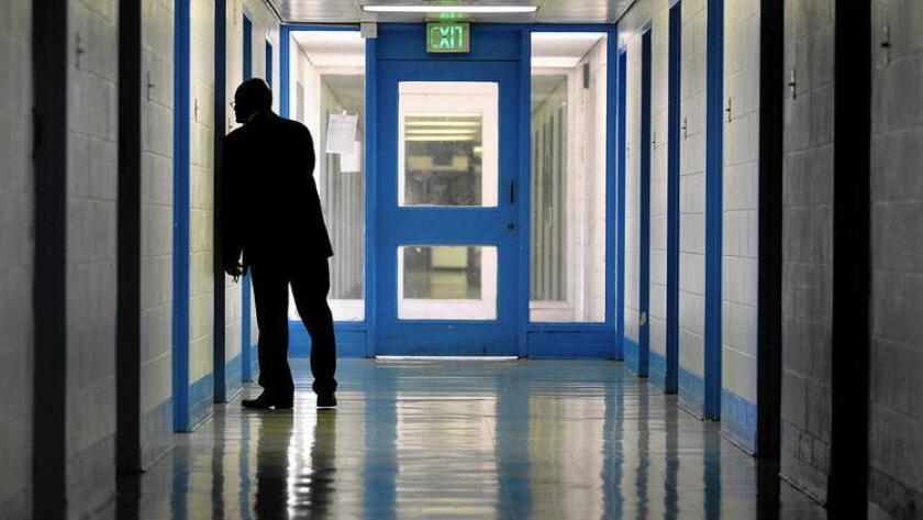 El superintendente Gregory McCovey inspecciona un cuarto en el Centro de Detención Juvenil en Los Ángeles, en 2014.