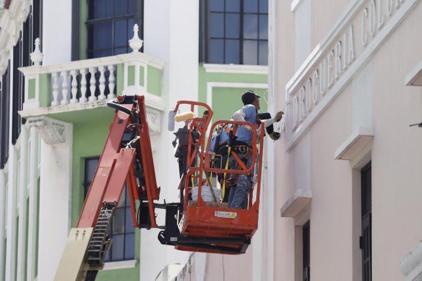 Fotografía sin fechar cedida por la alcaldía de San Juan, Puerto Rico, donde aparecen unos obreros retocando la fachada de un eficio del Viejo San Juan. EFE/Cortesía Alcaldía San Juan/SÓLO USO EDITORIAL