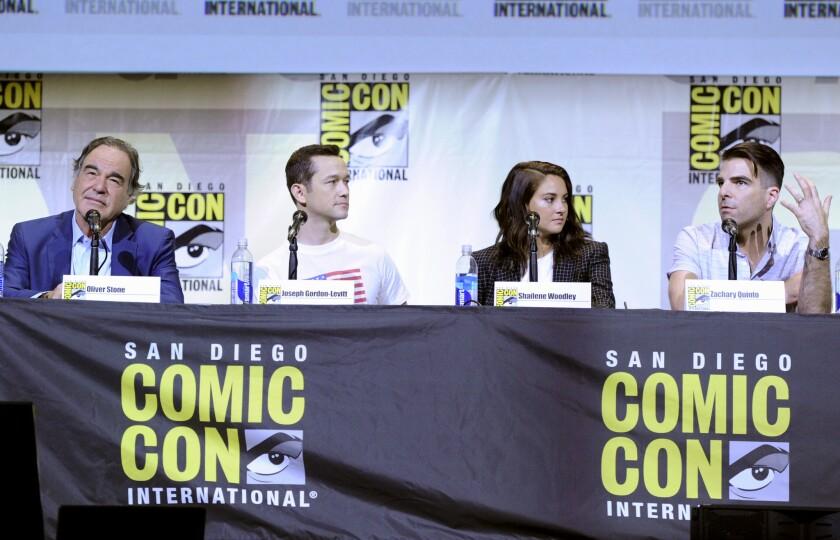 """De izquierda a derecha, el director Oliver Stone y los actores Joseph Gordon-Levitt, Shailene Woodley y Zachary Quinto hablan sobre su película """"Snowden"""" en el 1er día de la convención internacional Comic-Con, el jueves 21 de julio del 2016 en San Diego. (Foto por Chris Pizzello/Invision/AP)"""