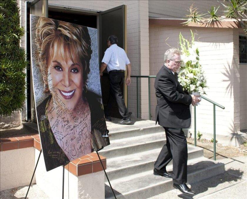 Fotografía del 3 de agosto de 2012 de la entrada a la iglesia Saint Hilary de Pico Rivera en California, durante  el funeral de la actriz de origen mexicano Lupe Ontiveros, fallecida el pasado 26 de julio. EFE/Archivo