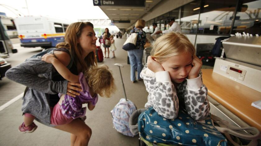Escaparse de LAX es siempre una aventura. Pero los viajeros pueden esperar mejores tarifas de ida y vuelta en estas vacaciones. (Foto de archivo de Al Seib / Los Angeles Times)