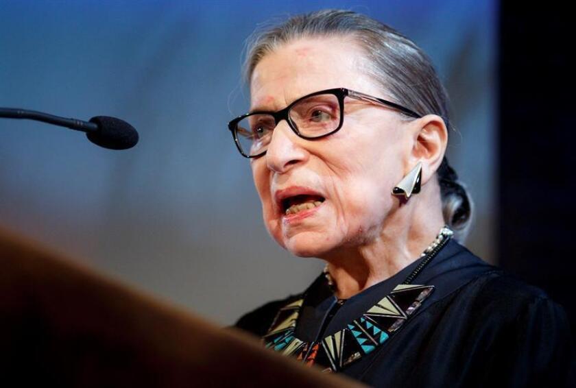 La juez del Tribunal Supremo estadounidense Ruth Bader Ginsburg inaugura una ceremonia para otorgar la ciudadanía a más de 200 personas de 59 países diferentes en Nueva York, Estados Unidos, el 10 de abril de 2018. EFE/Archivo