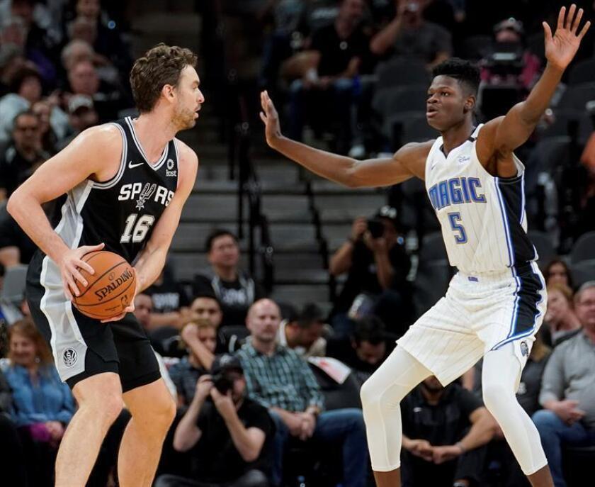 Mo Bamba (d) de Orlando Magic intenta detener una jugada de Pau Gasol de San Antonio Spurs hoy, domingo 4 noviembre de 2018, durante un juego entre Orlando Magic y San Antonio Spurs de la NBA en San Antonio, Texas (Estados Unidos). EFE