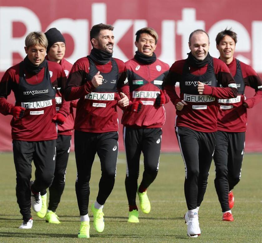 Los jugadores españoles del Vissel Kobe japonés David Villa (3i) y Andrés Iniesta (2d) calientan junto al resto de sus compañeros durante un entrenamiento del equipo celebrado en Kobe, Japón. EFE