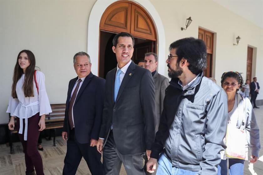 El presidente de la Asamblea Nacional de Venezuela, Juan Guaidó (c), llega a una sesión del organismo en Caracas (Venezuela). EFE/Archivo