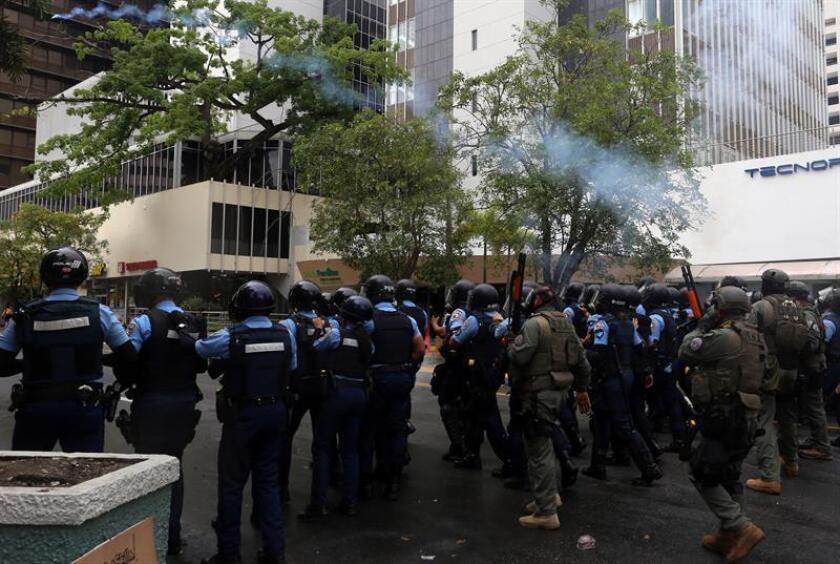 Manifestantes que protestaban hoy en San Juan contra el cierre anunciado de 280 escuelas por el Gobierno de Puerto Rico como parte de su Plan Fiscal denunciaron el uso de gas pimienta por agentes de la Policía de la isla caribeña. EFE/Archivo