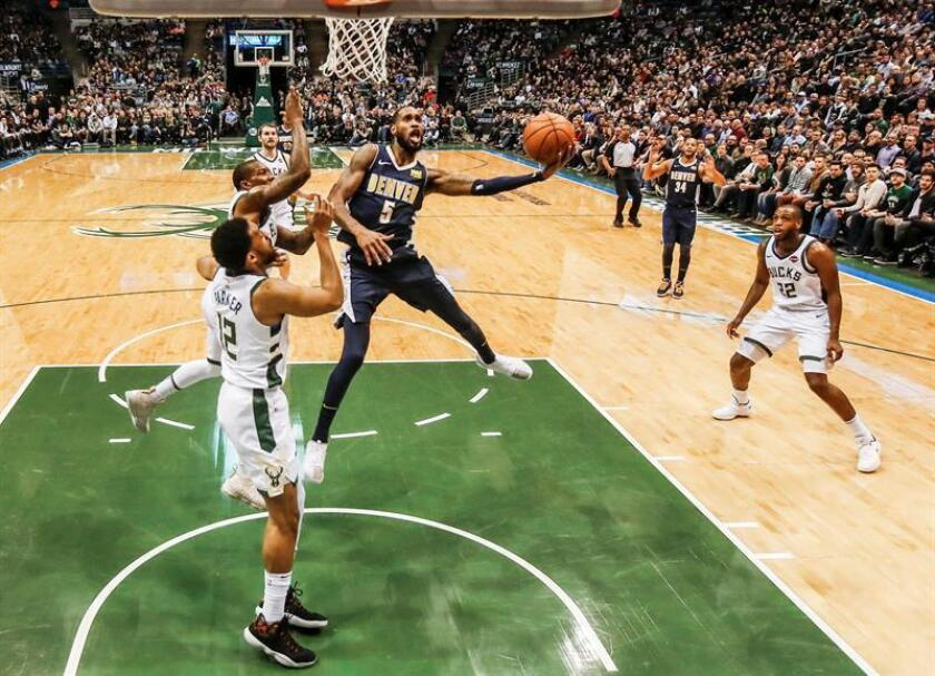 Will Barton (c) de Denver Nuggets en acción ante Milwaukee Bucks durante un partido disputado en el BMO Harris Bradley Center de la ciudad de Milwaukee, Wisconsin (EE.UU.). EFE