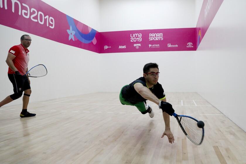 El mexicano Rodrigo Montoya se lanza para hacer una devolución a su compatriota Álvaro Beltrán, en la final de ráquetbol de los Juegos Panamericanos de Lima, el miércoles 7 de agosto de 2019
