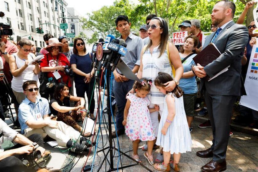 La esposa e hijas del ecuatoriano Pablo Villavicencio, que mañana afronta una audiencia en una corte federal de Nueva York sobre su orden de deportación, pidieron hoy al juez que permita al repartidor de pizza arrestado en una base militar regresar con su familia. EFE/ARCHIVO