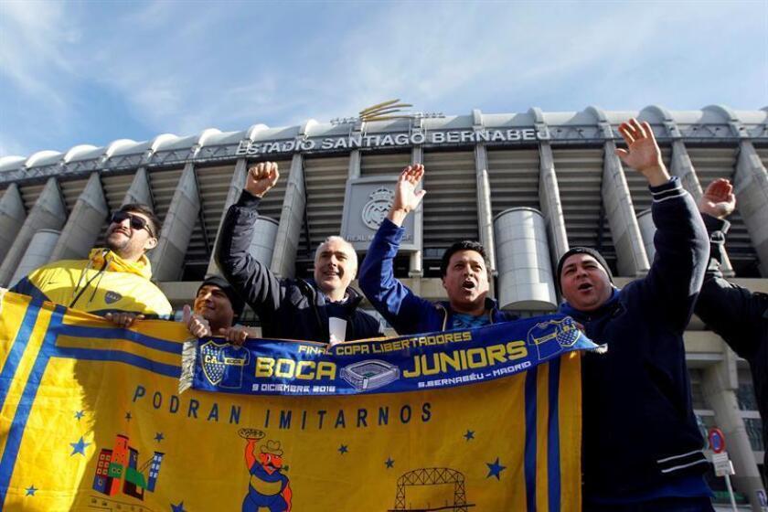 Aficionados del Boca Juniors, en las inmediaciones del estadio Santiago Bernabéu, estadio en el que mañana disputarán la final de la Copa Libertadores contra el River Plate.- EFE