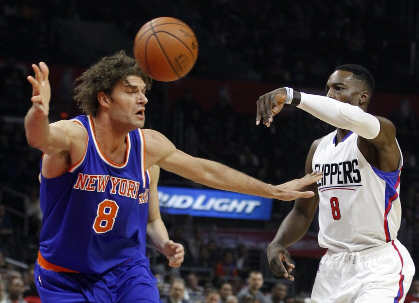 Clippers forward Jeff Green (8) passes the ball around Knicks center Robin Lopez (8) during the first half Friday night.