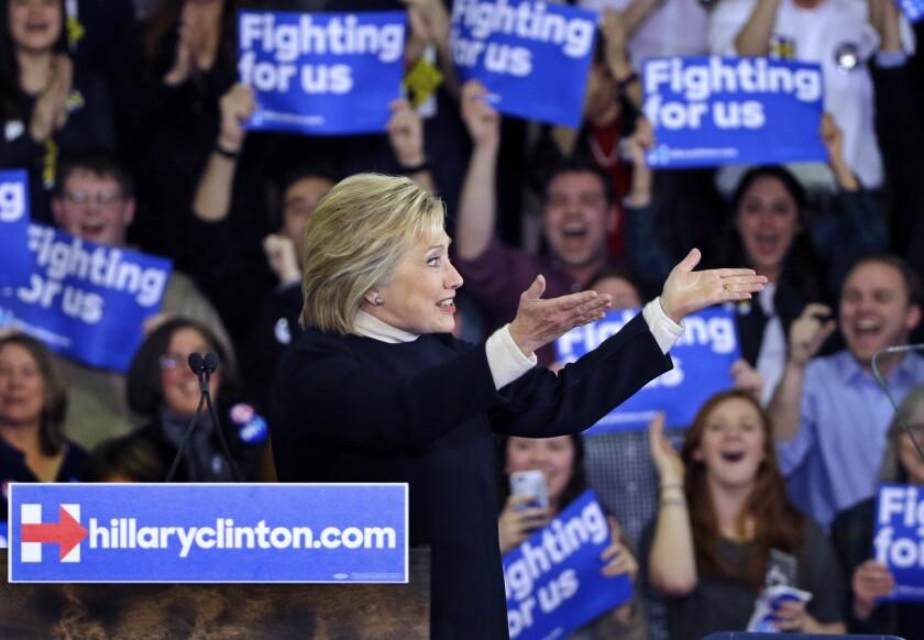La aspirante oresidencial demócrata Hillary Clinton habla con partidarios en un acto de campaña en New Hampshire. (Foto AP/Elise Amendola)