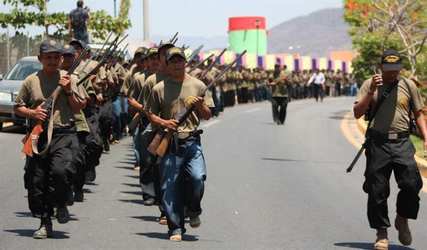 Habitantes de tres municipios del sureño estado mexicano de Guerrero anunciaron la formación de una policía comunitaria durante una protesta contra la inseguridad celebrada hoy en la zona serrana de la entidad. EFE/ARCHIVO
