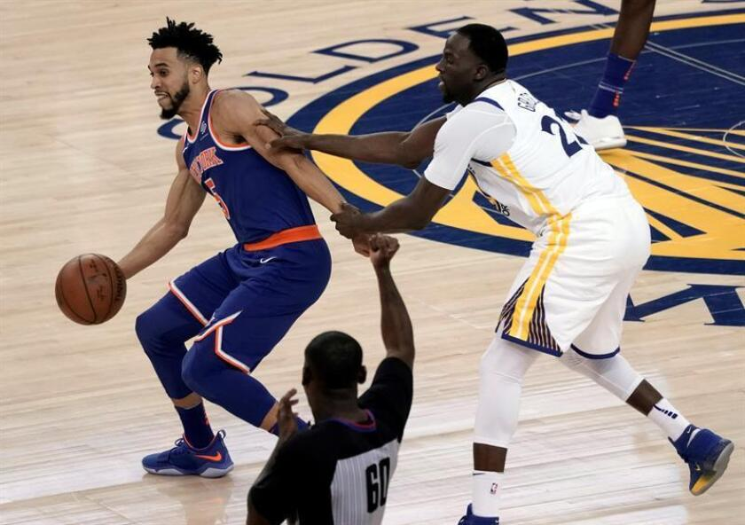 El jugador de los Knicks Courtney Lee (i) lucha por el balón con Draymond Green (d) de los Warriors durante el partido de la NBA entre los Knicks de Nueva York y los Golde State Warriors celebrado en el Oracle Arena en Oakland, California, Estados Unidos. EFE