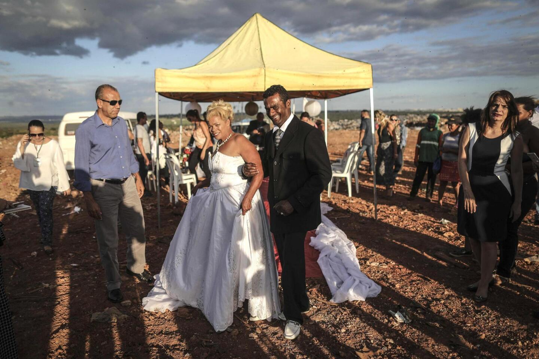Vestida de blanco, Valdineide dos Santos Ferreira (62 años), llegó a un altar improvisado para casarse con Deoclides Nascimento Brito, en el gigantesco basurero situado en Brasilia, que recibe 1,800 toneladas de residuos.