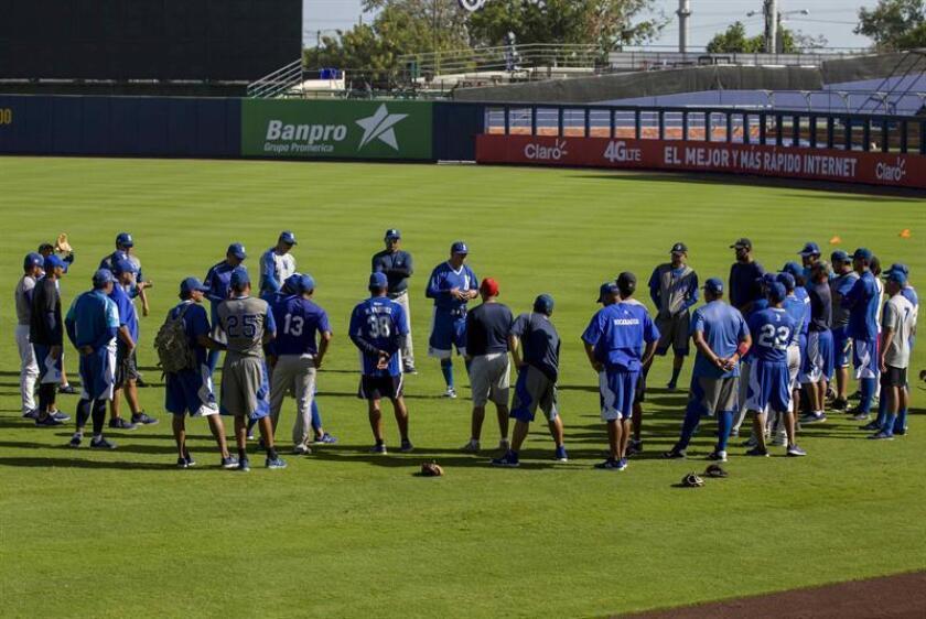 Miembros de la selección nacional de béisbol de Nicaragua reciben una charla, hoy, 15 de febrero de 2018, durante una práctica en el nuevo Estadio Nacional Dennis Martínez como parte de su preparación para unos juegos amistosos contra la selección de Cuba, que se realizarán del 23 al 25 de febrero próximo en Managua (Nicaragua). EFE