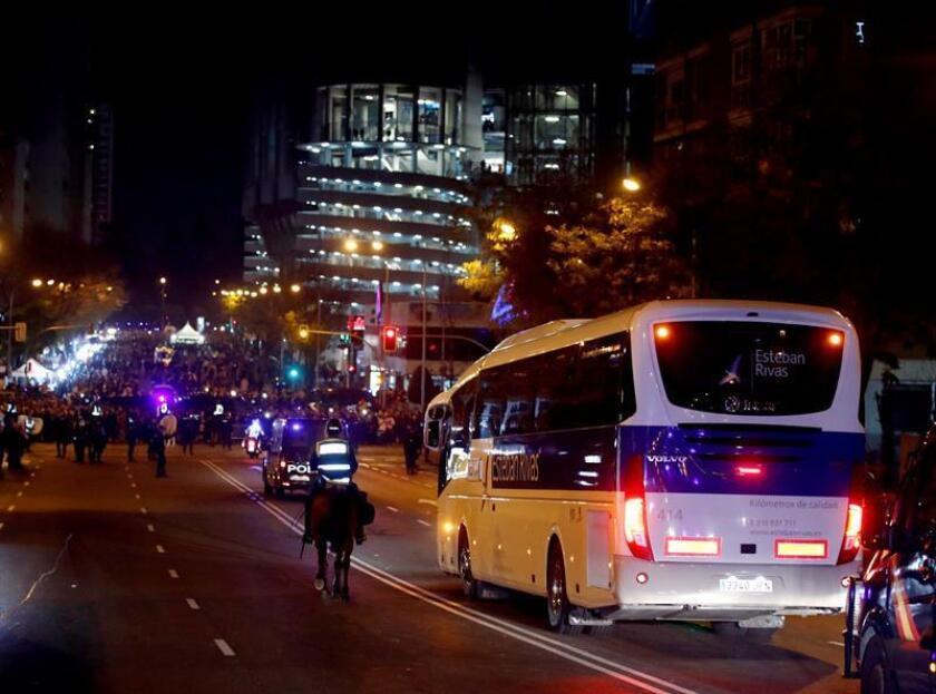 Autocar que traslada a los jugadores del Boca Juniors al estadio Santiago Bernabéu, para disputar la final de la Copa Libertadores ante el River Plate.- EFE