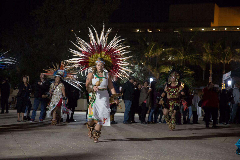 Danzantes aztecas realizan bailes tradicionales frente a la Catedral de Los Ángeles, California, como homenaje a la Virgen de Guadalupe.