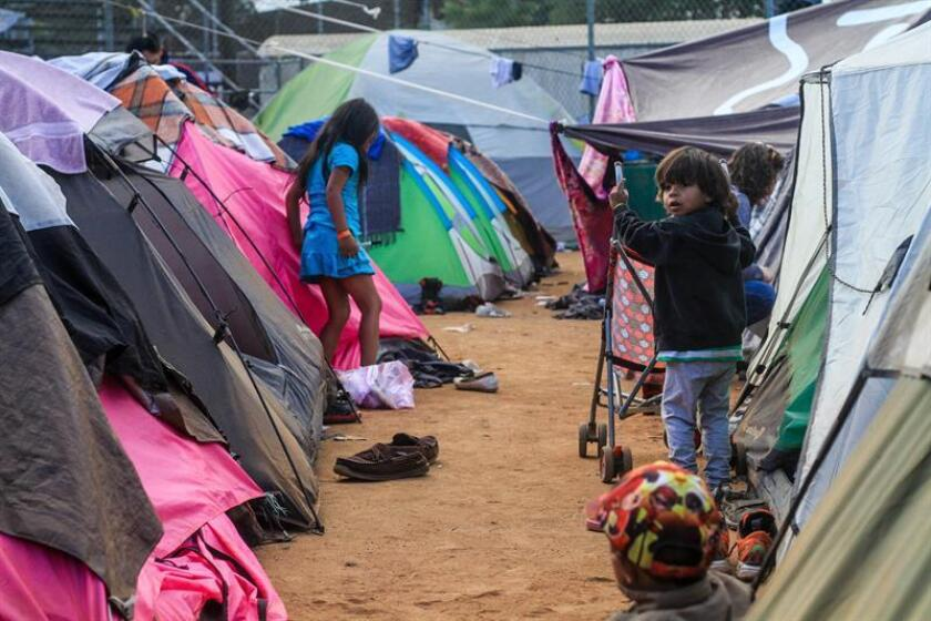 Vista general de las tiendas en donde viven hoy, miércoles 28 de noviembre de 2018, algunos de los migrantes que entraron a México a finales de octubre y confluyeron en Tijuana en las últimas semanas, quienes están cerca del punto crítico ante su hacinamiento en un albergue de esta ciudad fronteriza. EFE