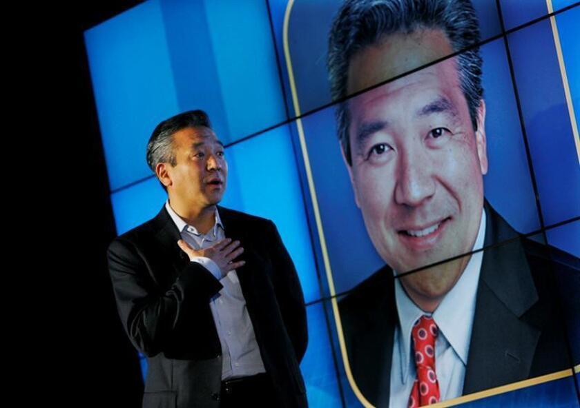 Kevin Tsujihara, presidente de Warner Brothers, interviene durante la rueda de prensa que la compañía Intel ha ofrecido con motivo de la celebación de la mayor feria de electrónica del mundo, Consumer Electronics Show (CES). EFE/Archivo