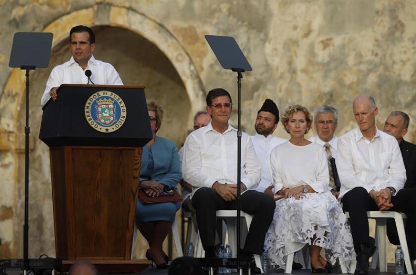 El gobernador de Puerto Rico, Ricardo Rosselló (i), habla durante un acto en recuerdo a las víctimas del huracán María, el jueves 20 de septiembre de 2018, en el Castillo de San Cristóbal del casco histórico del Viejo San Juan (Puerto Rico). EFE/Archivo