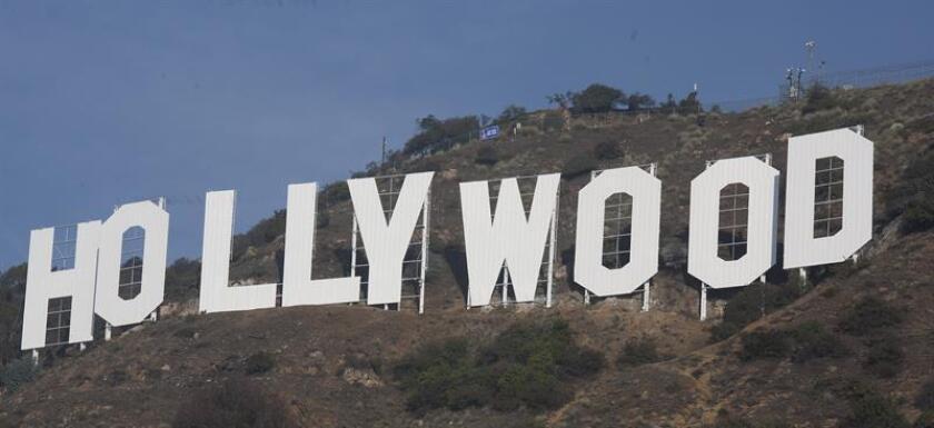 El letrero de Hollywood, que se muestra restaurado desde el martes 4 de diciembre de 2012, en las colinas de Los Ángeles (EEUU). El letrero estrenó lavado de cara después de más de dos meses de restauración, un trabajo intenso que corrió a cargo de un grupo de veteranos pintores latinos dispuestos a ensuciarse las manos para que el símbolo de la meca del cine reluzca como nuevo. EFE/Archivo