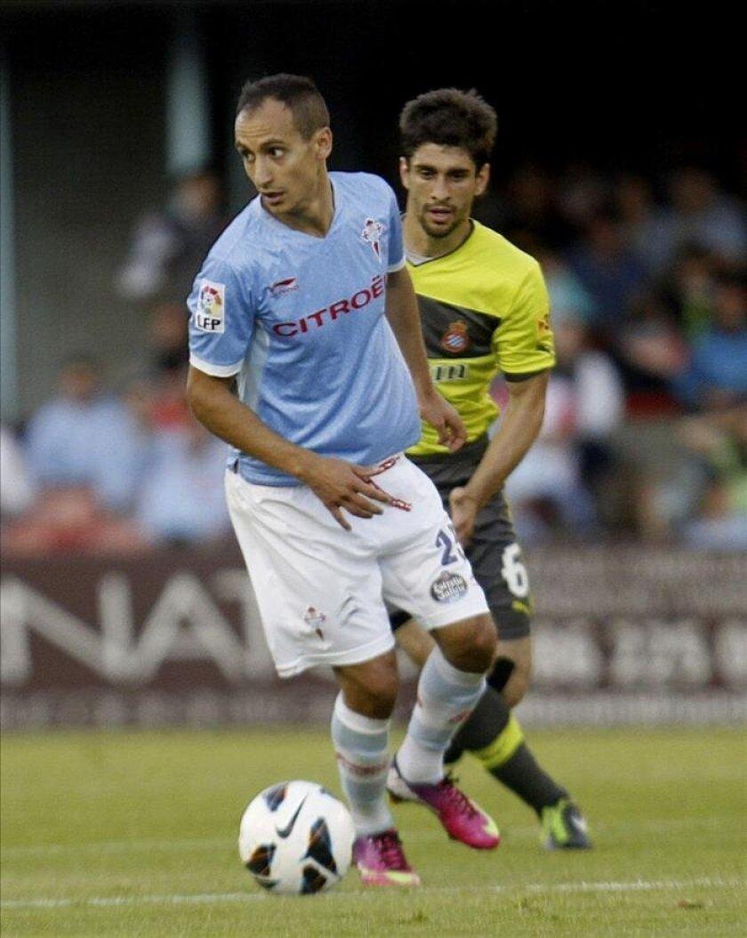 El jugador del Celta de Vigo Lago (d) pugna por un balòn con Verdú, del Espanyol, durante el partido de Liga disputado en el estadio de Balaídos, en Vigo. EFE