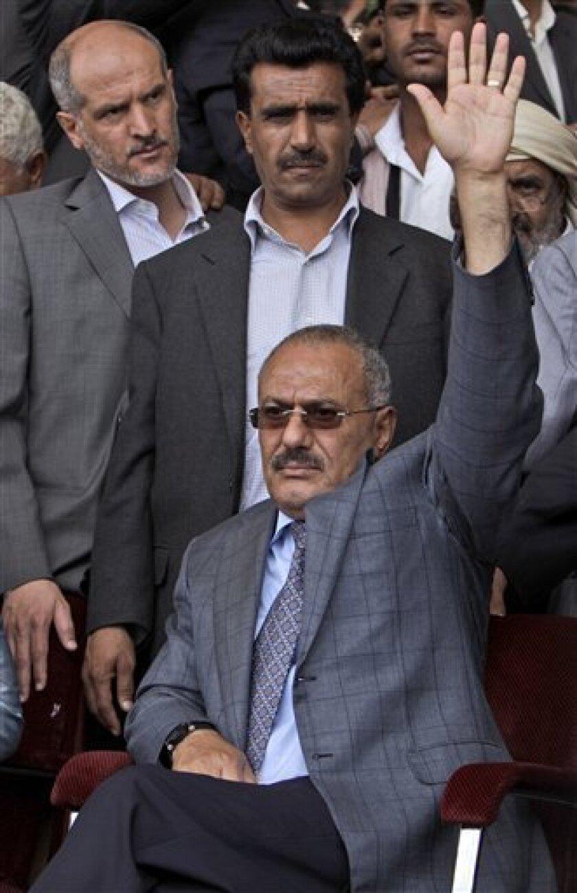 El presidente yemení, Alí Abdalá Salé, saluda a sus simpatizantes durante una manifestación de apoyo al mandatario en Saná, Yemen, el viernes 8 de abril de 2011. Decenas de miles de yemeníes asistieron a manifestaciones rivales en la capital, unas para demandar la salida de Salé y otras para respaldarlo. (AP foto/Muhammed Muheisen)