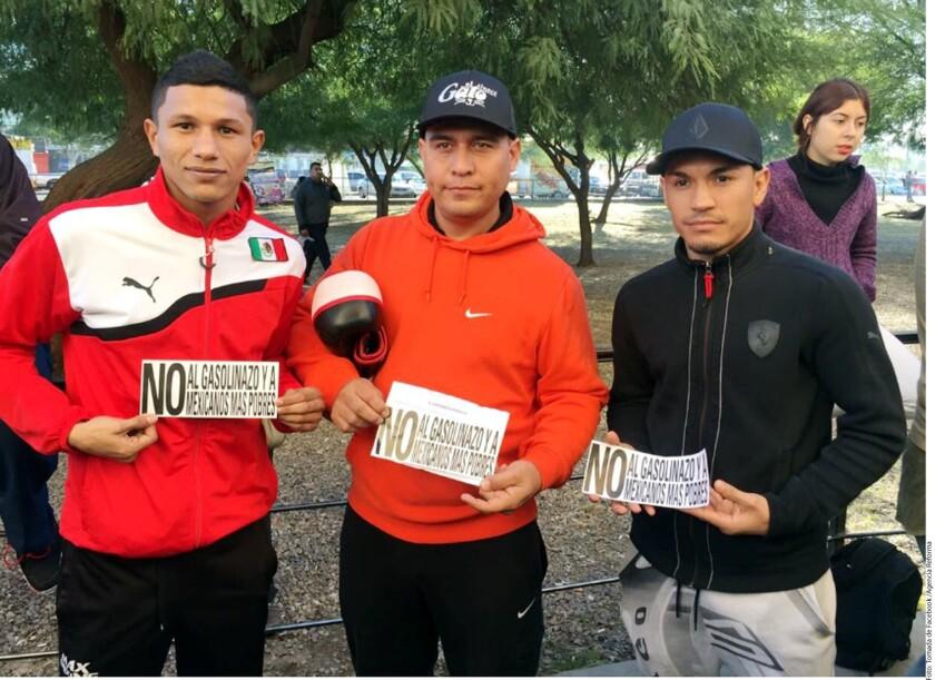 Miguel Berchelt (i), el entrenador Alfredo Caballero y Juan Francisco Estrada (d), en las protestas por el 'gasolinazo'.