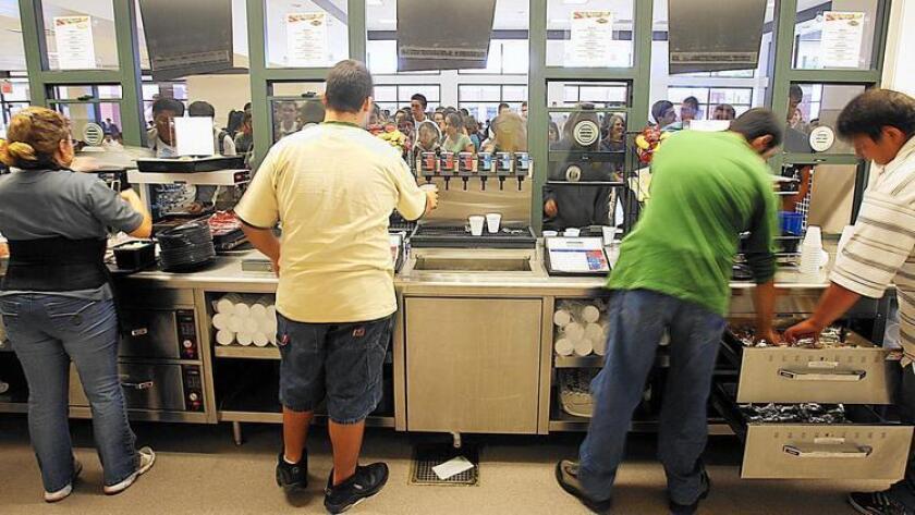 Los estudiantes aguardan para comprar su comidaen Burbank High School, en 2007. Debido al incremento de costos, el jueves pasado, la Junta de Educación votó a favor de incrementar en 0,25 centavos el precio de los alimentos en los campus del Distrito Escolar Unificado de Burbank (foto de archivo).