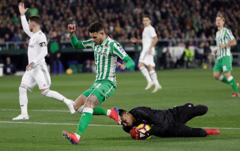 El guardameta costarriecense del Real Madrid, Keylor Navas (d), detiene el balón ante el delantero paraguayo del Real Betis, Antonio Sanabria, durante un partido. EFE/Archivo