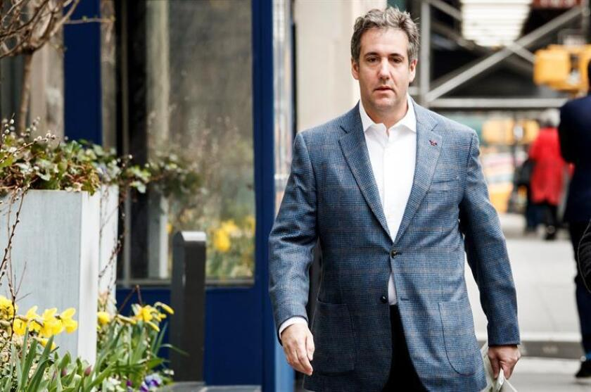 El abogado Michael Cohen (c), camina de su hotel al apartamento en Nueva York (Estados Unidos). EFE/Archivo