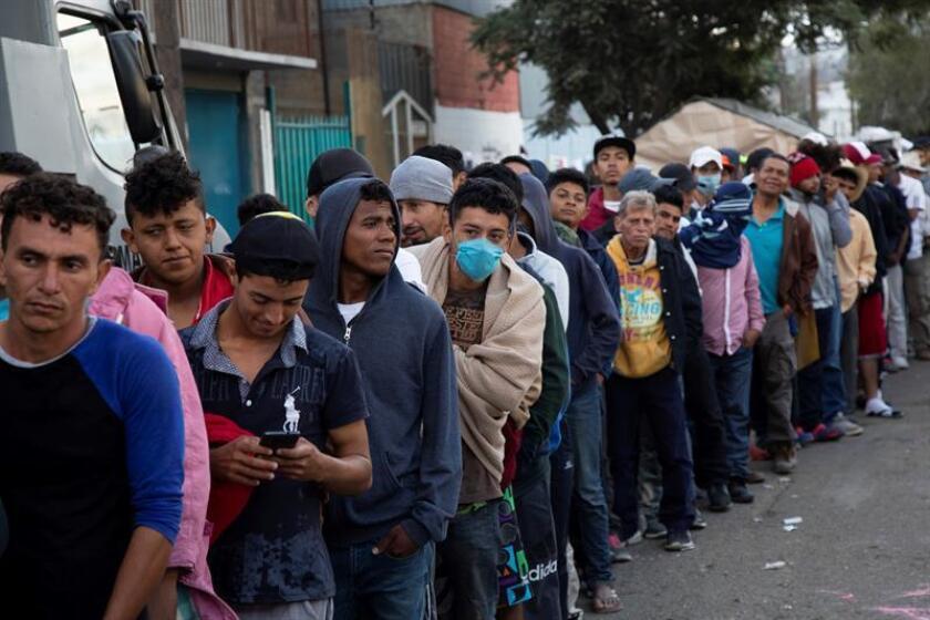 Un grupo de migrantes hace fila en un albergue en Tijuana (México). EFE/Archivo