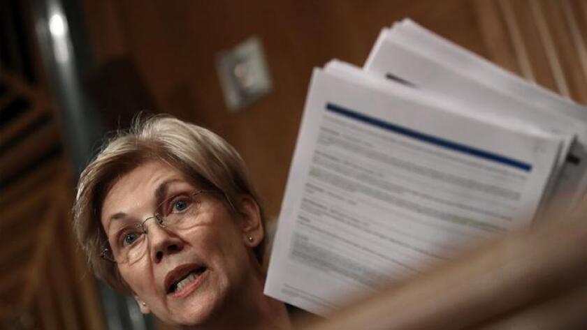 La senadora Elizabeth Warren (D-Mass.) interroga al presidente ejecutivo de Wells Fargo, John Stumpf, durante una audiencia del Comité de Banca del Senado, realizada este martes.