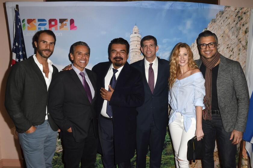 De la izquierda, Ben Silverman, presidente de Propagate; Antonio Villaraigosa, exalcalde de Los Ángeles; George López, comediante; Sam Grundwerg, cónsul de Israel; Yael Grobglas y el actor Jaime Camil.