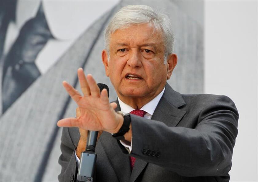 El presidente electo de México, Andrés Manuel López Obrador, aseguró hoy que se celebrarán más referendos tras ejercer su voto en la segunda consulta ciudadana, que versa sobre diez proyectos prioritarios para el futuro Ejecutivo, como la construcción del Tren Maya. EFE/Archivo