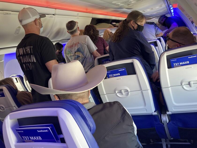 Pasajeros de un vuelo de Southwest Airlines bajando del avión en el Aeropuerto Hobby de Houston