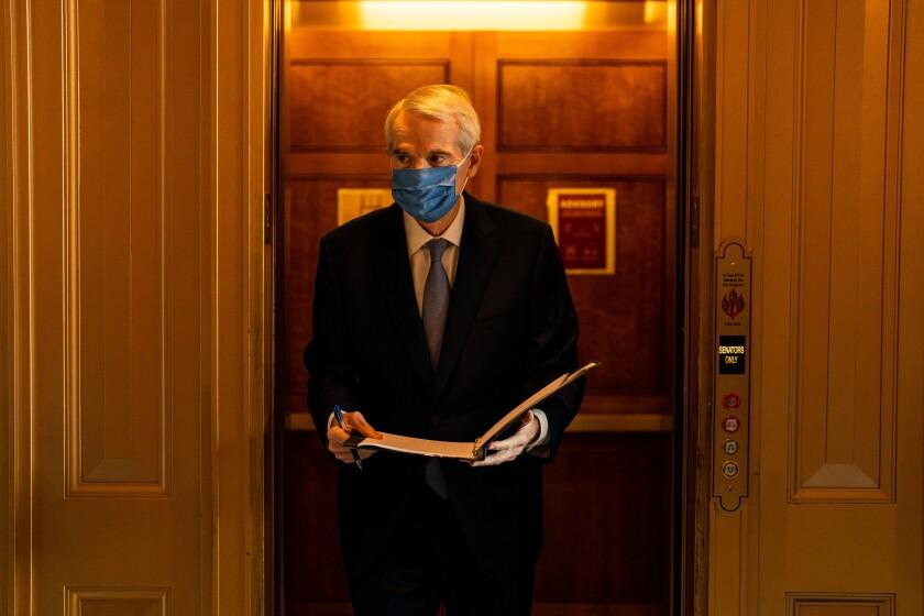 مردی با ماسک صورت از آسانسور بیرون می آید.