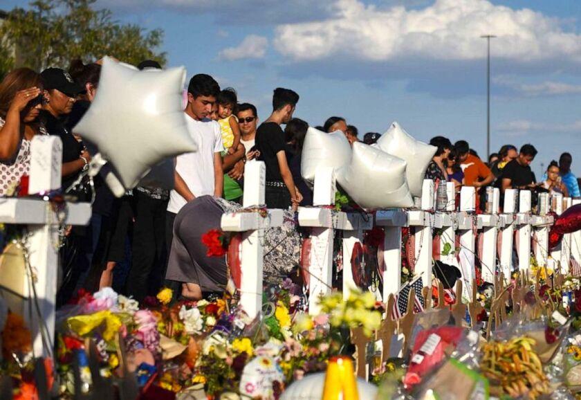 Familiares y amigos de víctimas del tiroteo en una tienda Walmart de El Paso, Texas.