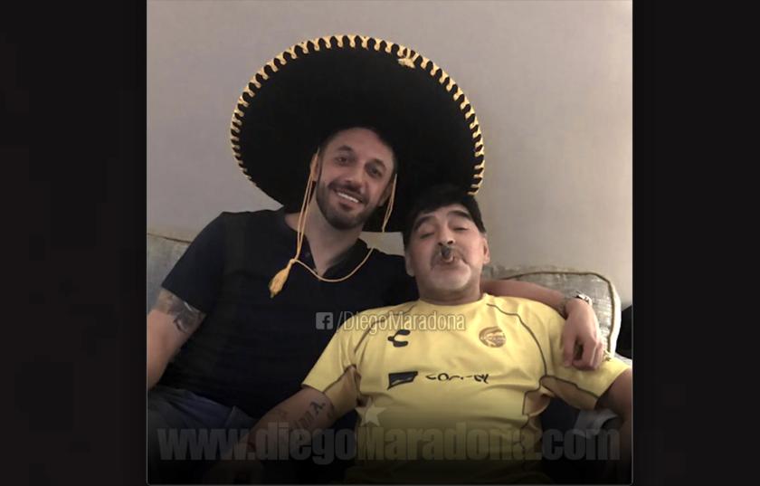 Maradona compartió en sus redes sociales una foto con un amigo 'mariachi', en el 'festejo' de su cumpleaños 58.
