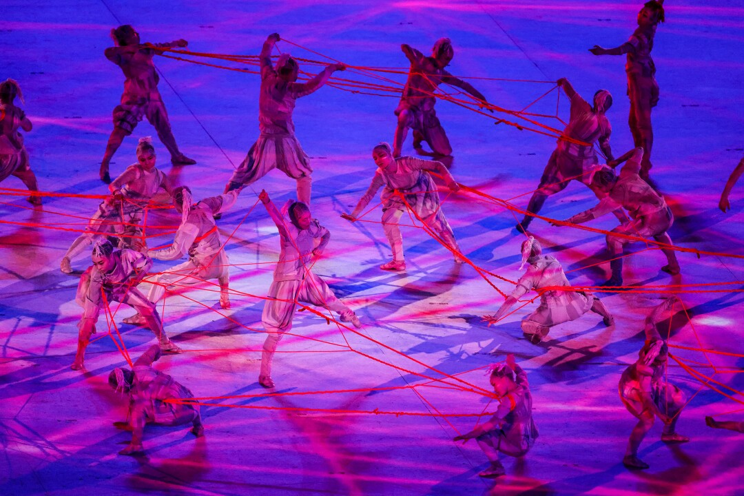 رقصنده ها روی صحنه روبان قرمز می بندند
