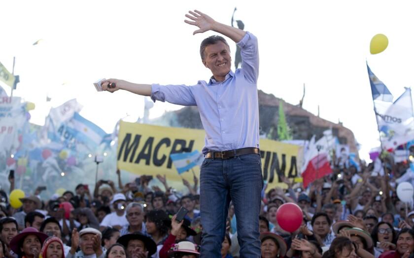 El candidato conservador Mauricio Macri durante el acto de cierre de campaña en Humahuaca, provincia de Jujuy. Macri es favorito de las encuestas para ganar la presidencia en la segunda vuelta, derrotando al candidato oficialista Daniel Scioli.